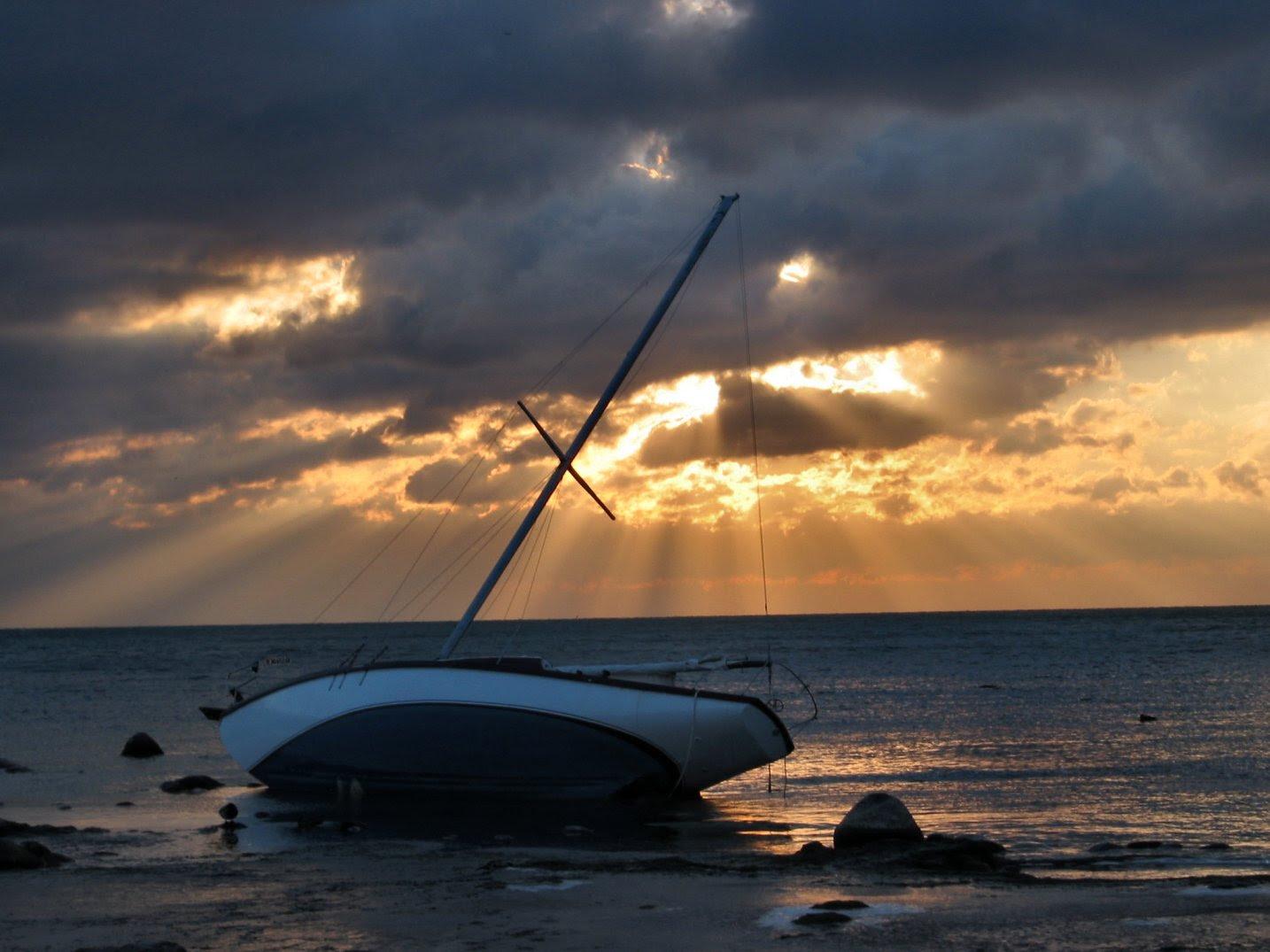 Stranded sailboat above Bradford Beach, in Lake Michigan, Milwaukee, WI - 11-25-2007 - soul-amp.com