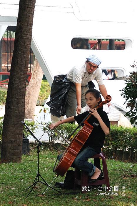 小女孩拉大提琴