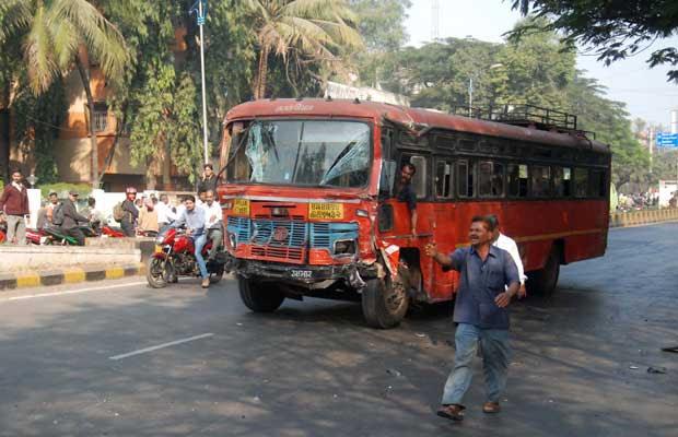 O ônibus dirigido pelo motorista que provocou acidentes nesta quarta-feira (25) na cidade indiana de Pune (Foto: AP)