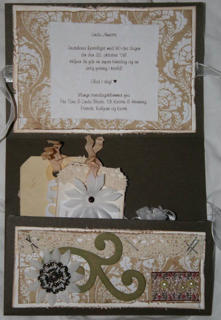 Innsiden av kortet med hilsen og tags og smykkepose!
