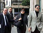 Casal chega na missa de sétimo dia de Roberto Marinho, em 2003