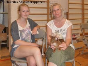 Min abyssinervenninne (Solfrid) med Shakira på fanget og hennes datter sitter og venter på at nomineringen skal begynne.