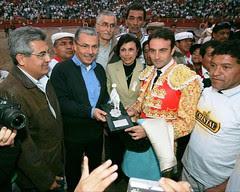 Ministro de Salud del Perú premia a Enrique Ponce