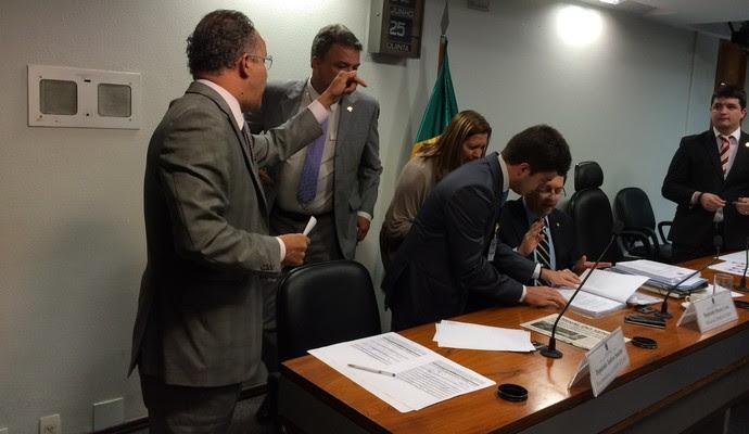 Vicente Cândido discute com deputados após a aprovação do relatório da MP do Futebol (Foto: Fabrício Marques)