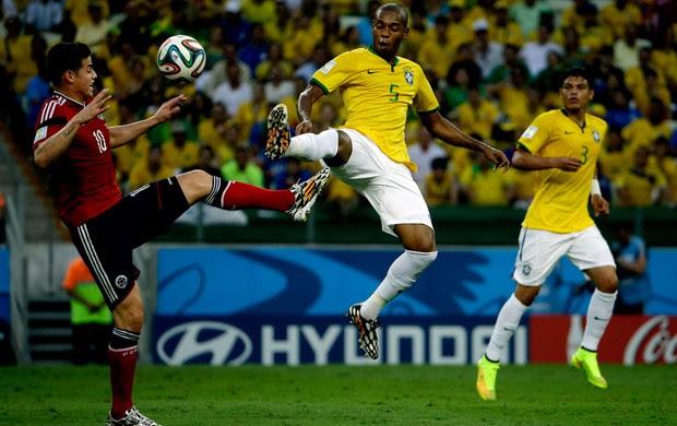 fernandinho brasil  james rodriguez Colômbia Arena Castelão (Foto: Agência Reuters)