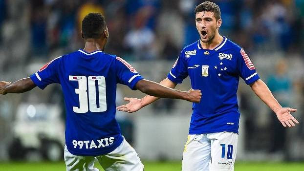 Arrascaeta comemora gol do Cruzeiro sobre o Atlético-PR no Brasileiro de 2015