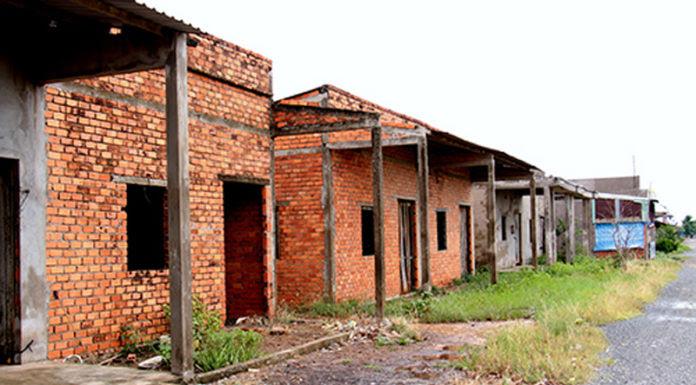 Dãy nhà vượt lũ bỏ hoang ở huyện Tân Hưng, Long An. (Hình: báo điện tử VNExpress)