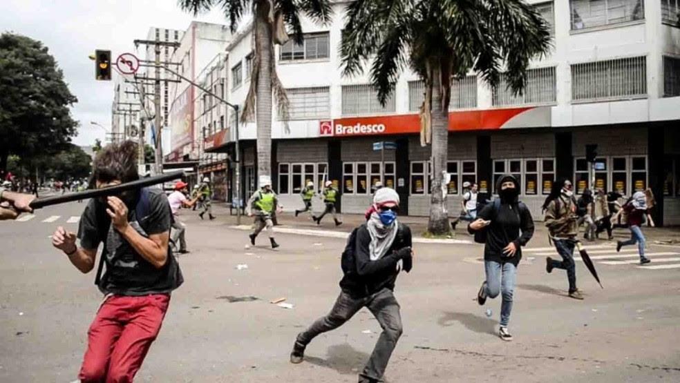 Estudante Mateus  Ferreira da Silva é agredido no rosto com cassetete durante protesto em Goiás (Foto: Luiz da Luz/O Popular)
