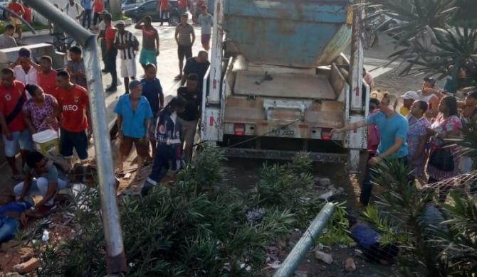 Resultado de imagem para Dois morrem e cinco ficam feridos após caminhão invadir posto de combustíveis em Salvador