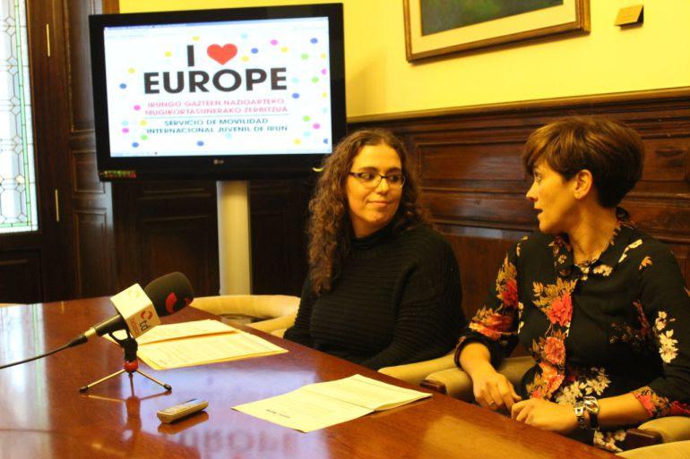 La delegada de Educación y Juventud, Mónica Martínez presenta la iniciativa en rueda de prensa.