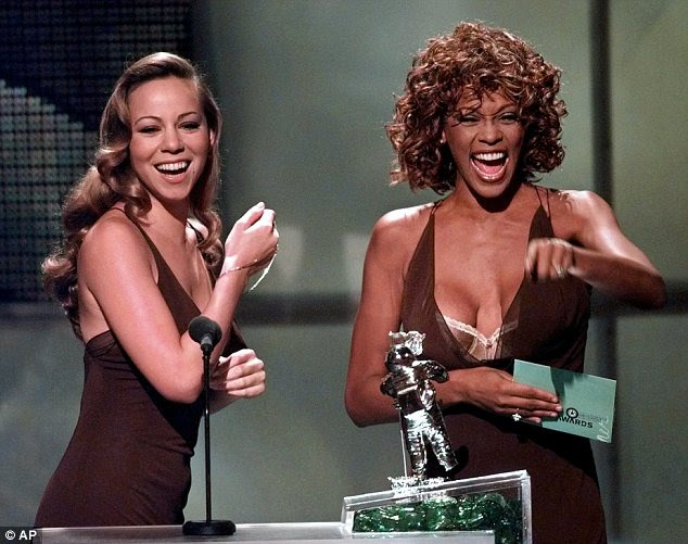 Sucessor: Houston com Mariah Carey, uma das cantoras jovens que seguiram em sua esteira