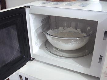 Leve a massa ao microondas para cozinhar