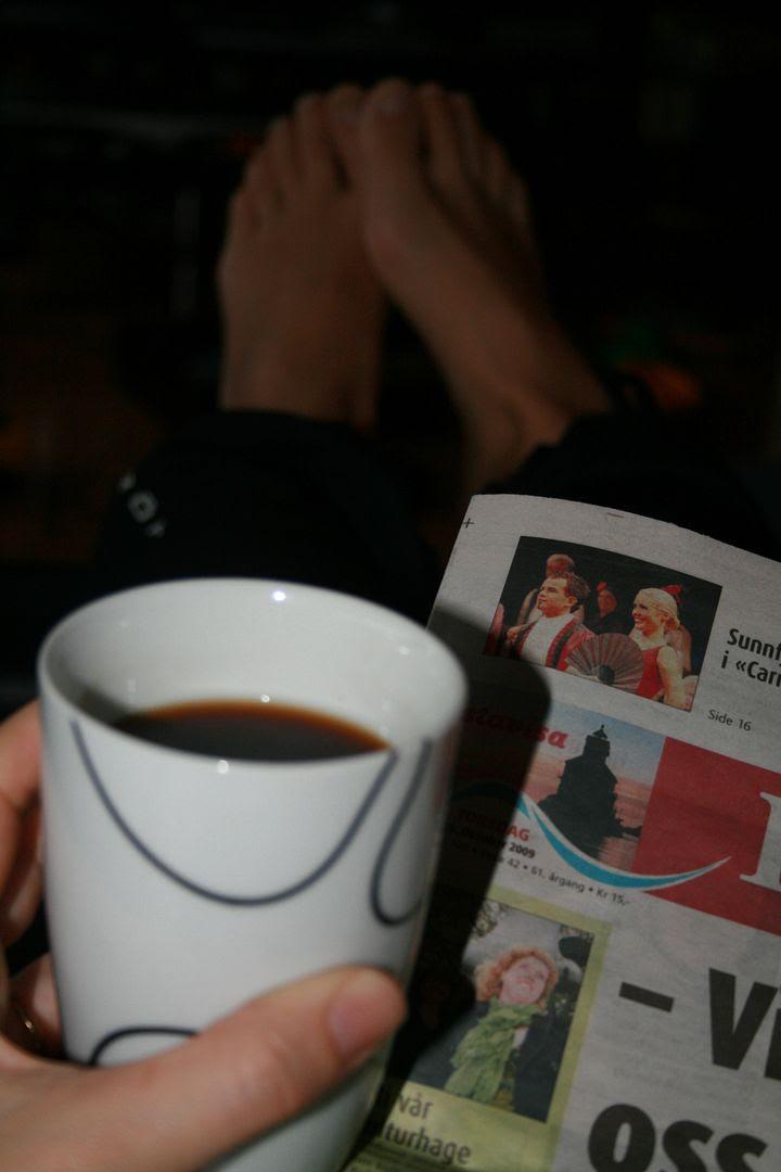 Kaffe og lokalavisen er en god start på dagen