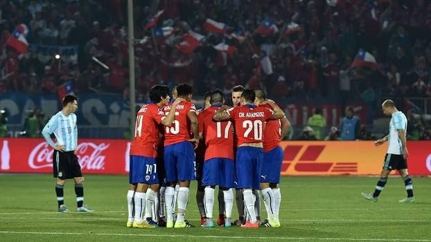 Jogadores do Chile se reúnem no gramado