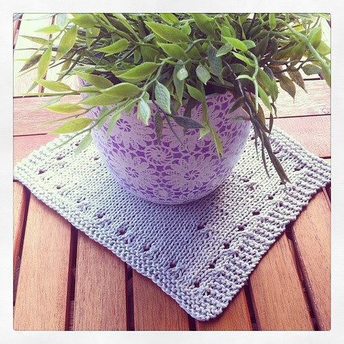 A Mary Ann dishcloth on my table:) Un Mary Ann dishcloth sul mio tavolo:)
