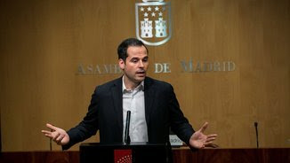 Ignacio Aguado, portaveu del grup parlamentari de Ciutadans a l'Assemblea de Madrid, aquest migdia, quan ha comparegut davant la premsa (EFE)
