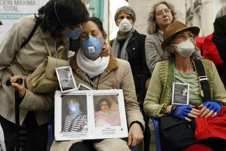 Enfermos del síndrome químico múltiple, durante una concentración en Madrid, el pasado mayo.