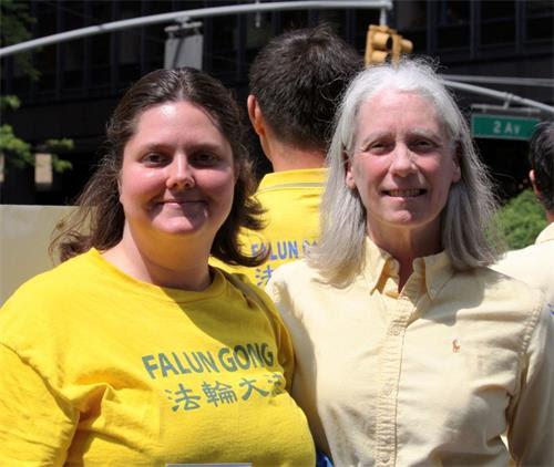 '图:来自费城的西人法轮功学员珍妮·希克斯(JennieSheeks)(左)参加二零一四年纽约举办的世界法轮大法日游行'
