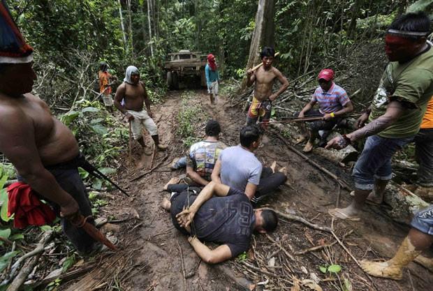 Indígenas cercam homens que estavam em acampamento montado na Terra Indígena Alto Turiaçu, com a finalidade de desmatar a região (Foto: Lunae Parracho/Reuters)