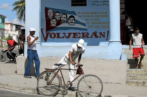 Ciudadanos cubanos pasean por las calles de La Habana. | Desmond Boylan