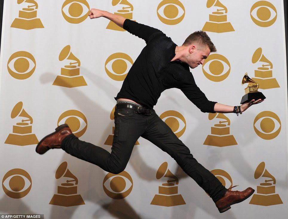 Algo para comemorar: Ryan Tedder, que produziu o álbum de Adele premiado 21 anos, foi literalmente pulando de alegria depois de escavar o gongo