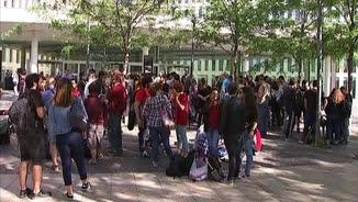 Desenes de persones s'han concentrat a les portes de la Ciutat de la Justícia, on se celebra el judici