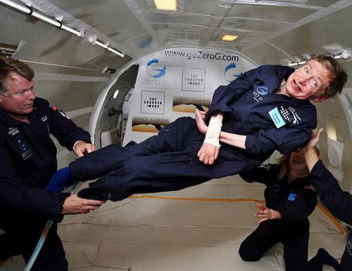 26 апреля 2007 года Стивен Хокинг на специальном самолете совершил полет в невесомости. А на 2009 год был запланирован его полет в космос.