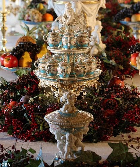 A mesa de jantar apresenta um serviço de sobremesa de porcelana pródiga por Minton de Staffordshire, que a Rainha Vitória comprou na Grande Exposição de 1851