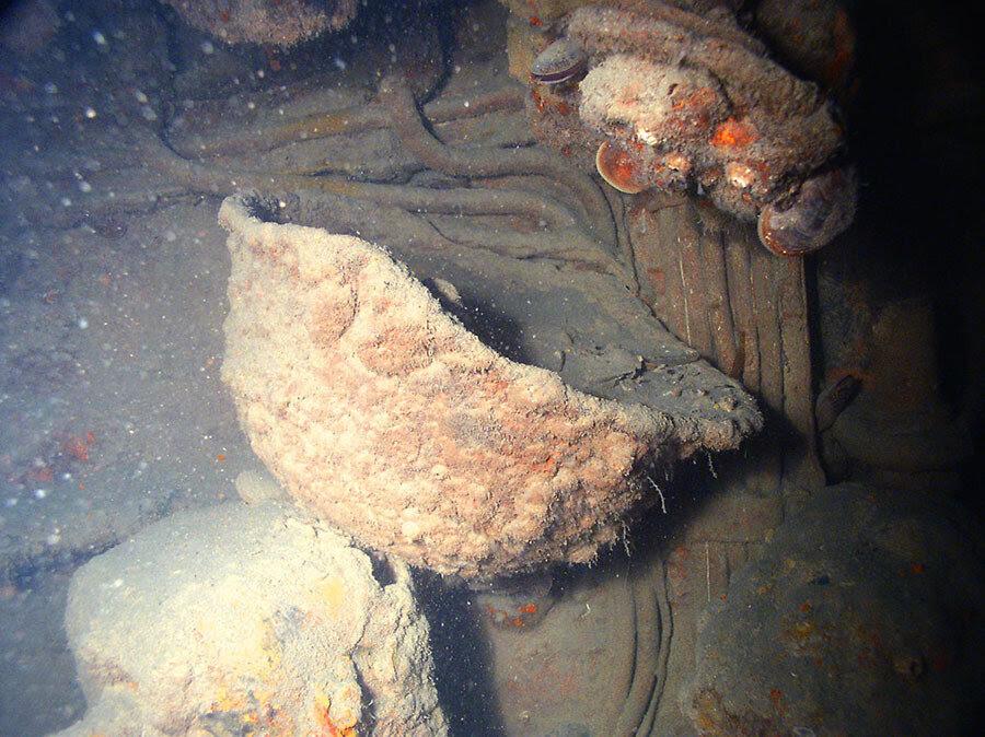 Советская каска обнаруженная рядом с Щ-211 под водой