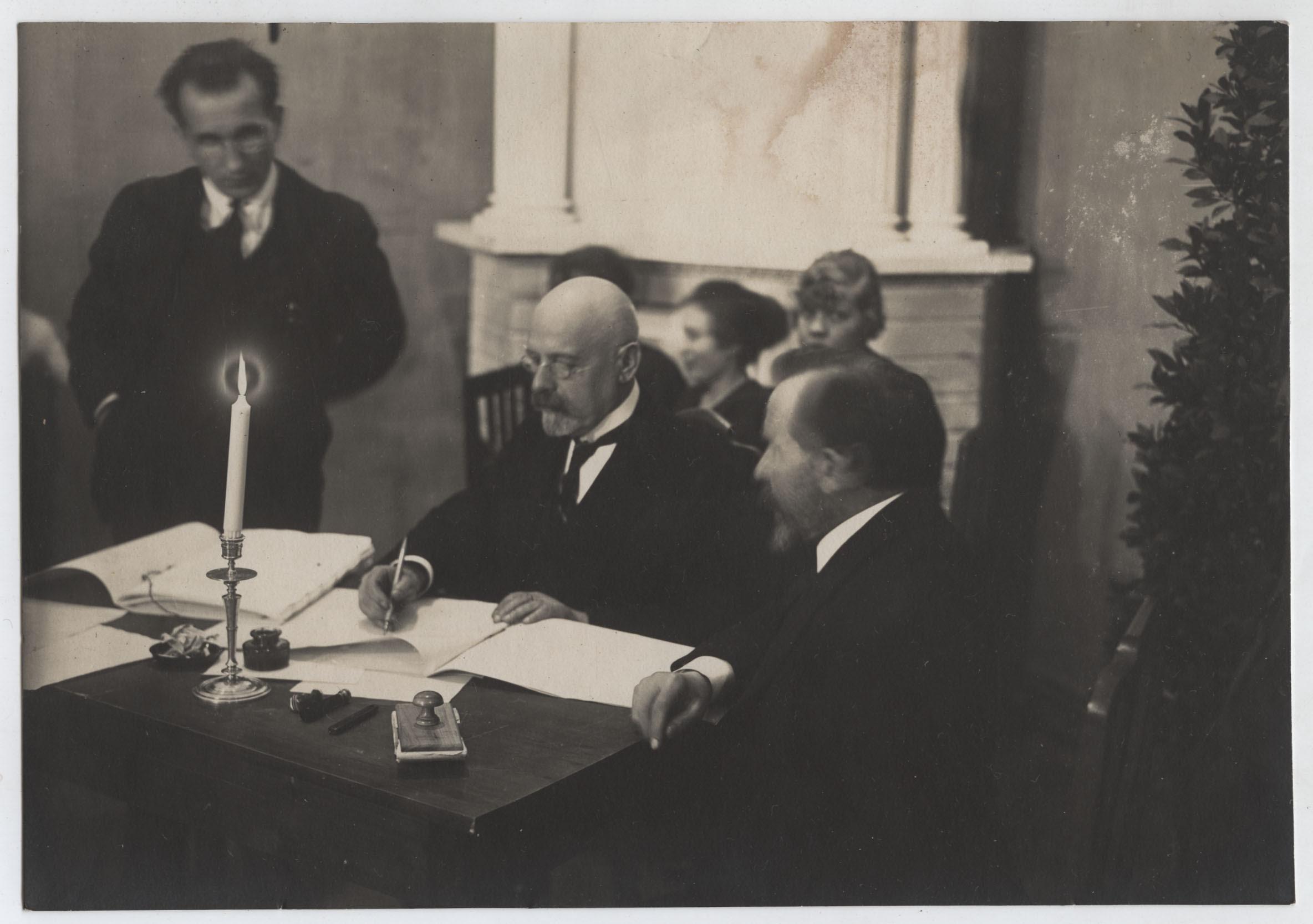 http://upload.wikimedia.org/wikipedia/commons/9/9c/Poska_signing_the_Treaty_of_Tartu.jpg