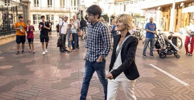 La candidata a lehendakari por Podemos para los comicios autonómicos del próximo 25 de septiembre, Pili Zabala, acompañada por el cabeza de lista por Bizkaia, Lander Martínez, tras conocerse el resultado de las primarias mediante las que han sido designad