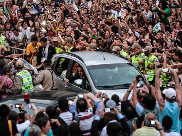 Carro do Papa Francisco foi cercado por pessoas durante a chegada no centro do Rio de Janeiro (Foto: Nestor J. Beremblum/Brazil Photo Press/Estadão Conteúdo)