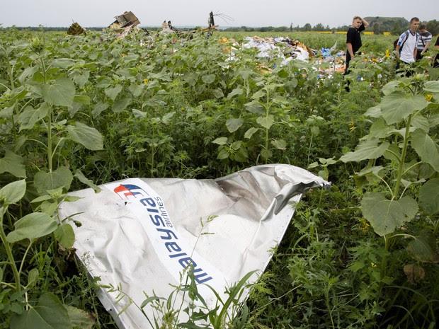 Destroços do avião da Malaysia que caiu na quinta (17) continam no local da queda na Ucrânia (Foto: Dmitry Lovetsky/AP)
