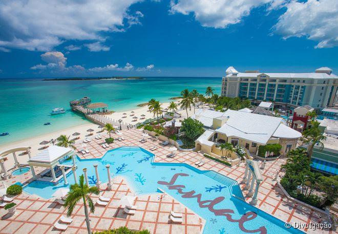 O Sandals Emerald Bay, nas Bahamas, permite que seus hóspedes saiam de suas acomodações e pisem direto nas areias da praia