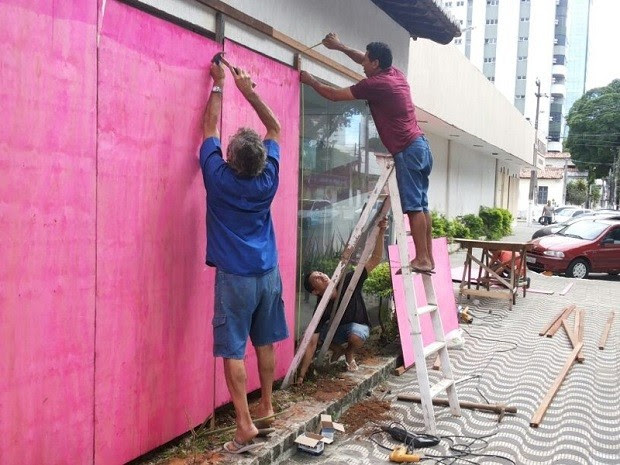 Lojas instalam tapumes para proteger vitrines durante ato em Natal (Foto: Luiz Alberto Fonseca/G1)