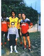 Roberto da bambino durante una sua visita a Milanello: alla sua sinistra, Franco Baresi, poi Mauro Tassotti, Paolo Maldini e George Weah