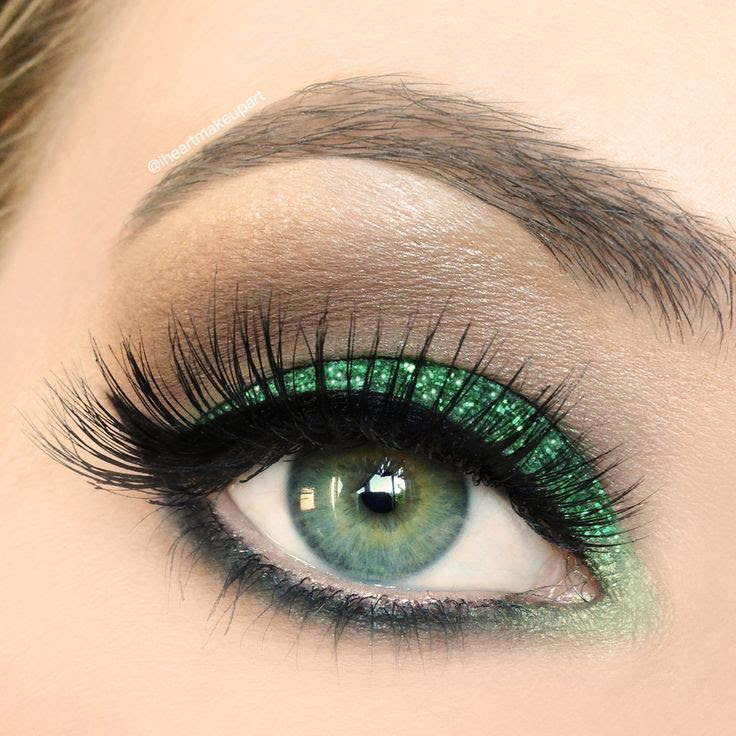 the green pulls out her green eyes !
