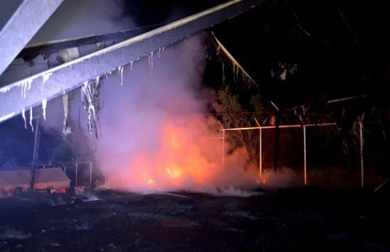 Σοβαρότατα επεισόδια στη Σάμο στο κέντρο των μεταναστών - Άγριο ξύλο και φωτιές - Δεκάδες τραυματίες