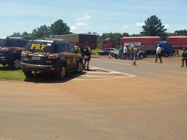 Trecho da BR-277, em Laranjeiras do Sul (PR), foi liberado no fim da manhã desta quarta (25) após negociação entre policiais rodoviários federais e caminhoneiros (Foto: PRF / Divulgação)