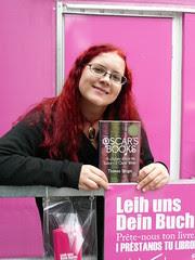 Monika vor der Bibliothek der hundert Sprachen in Linz