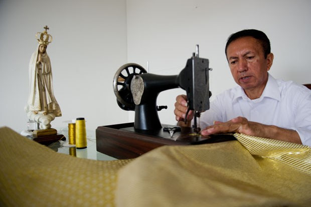O alfaiate colombiano trabalha em sua oficina (Foto: Luis Robayo/AFP)