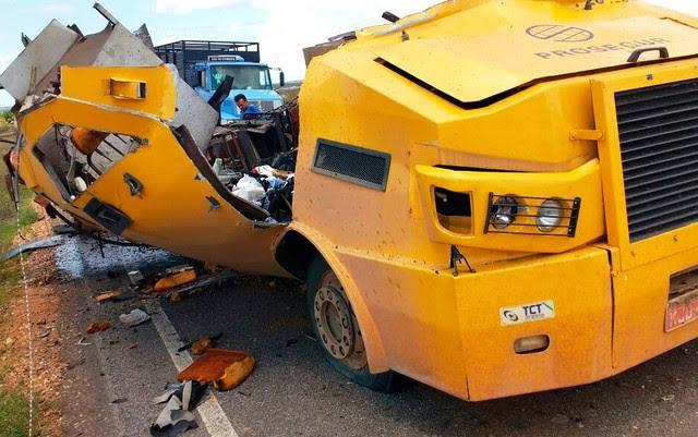 Criminosos armados interceptam carro-forte, explodem veículo e fogem com dinheiro