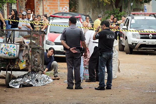 Corpo de uma das vítimas de atirador | Foto: Denny Cesare/Codigo19/Folhapress