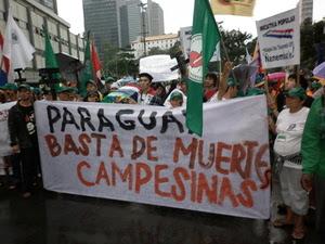 Les organisations paysannes de La Via Campesina du Paraguay à la marche du Sommet des peuples à Río + 20, juin 2012 - quelques jours après la tuerie de Curuguaty.