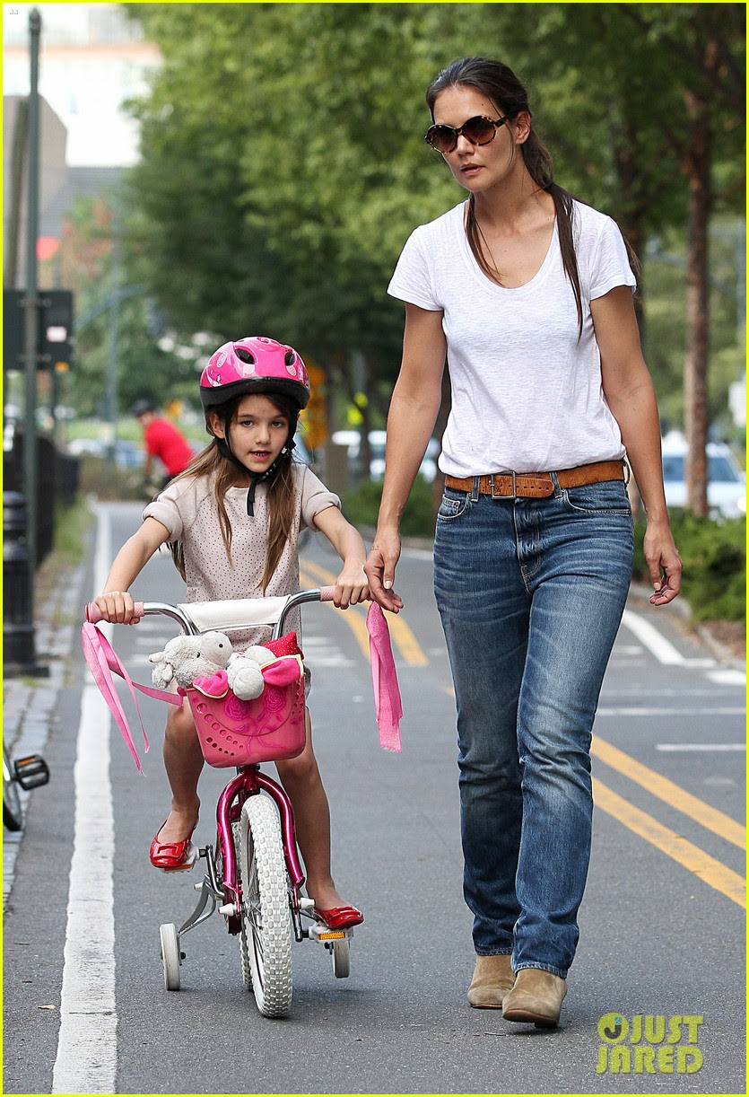 katie holmes teaches suri cruise to ride a bike 03
