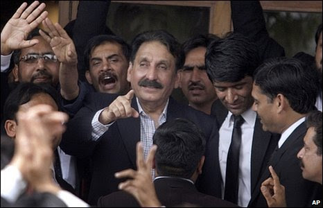 Iftikhar Chaudhry surrounded by jubiliant lawyers