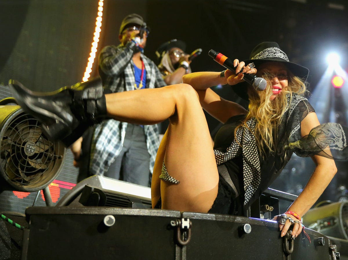Fergie surprised the crowd during a DJ set by David Guetta.