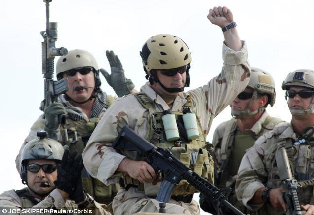 """EUA equipes SEAL da Marinha e outras unidades das Forças Especiais poderia ser parte de uma rápida implantação, com a missão de """"não combate"""" restrita a proteger armas químicas, mas se eles são atacados suas regras de engajamento provavelmente permitir retornando fogo"""