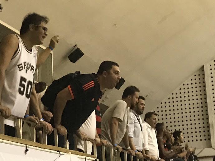 Torcida do Flamengo xinga Tyrone na partida entre Fla e Mogi (Foto: Thierry Gozzer)