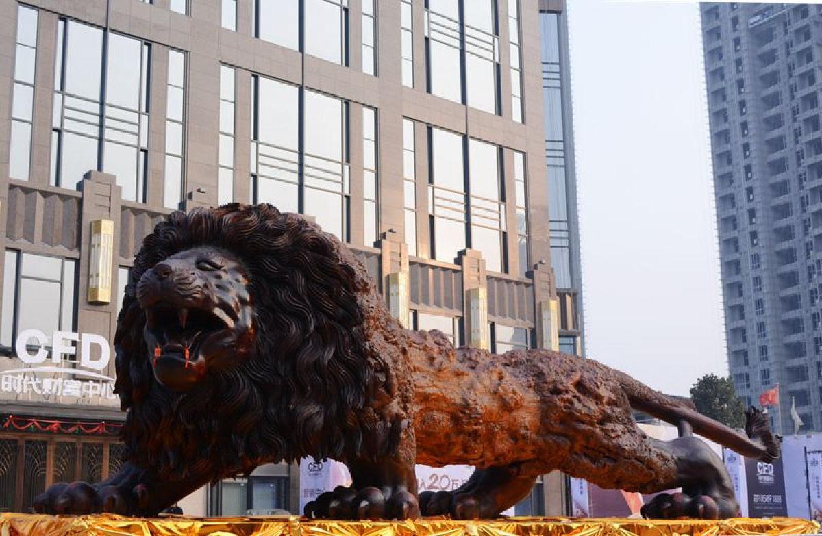 Escultura gigante de um leão levou 3 anos para ser esculpida em único tronco de sequóia por 20 pessoas 06